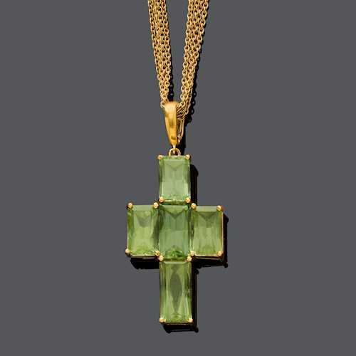 TOURMALINE AND GOLD CROSS PENDANT WITH CHAIN.