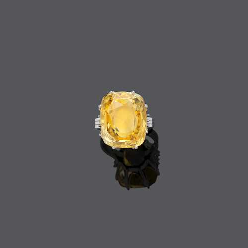 YELLOW CEYLON SAPPHIRE AND GOLD RING.