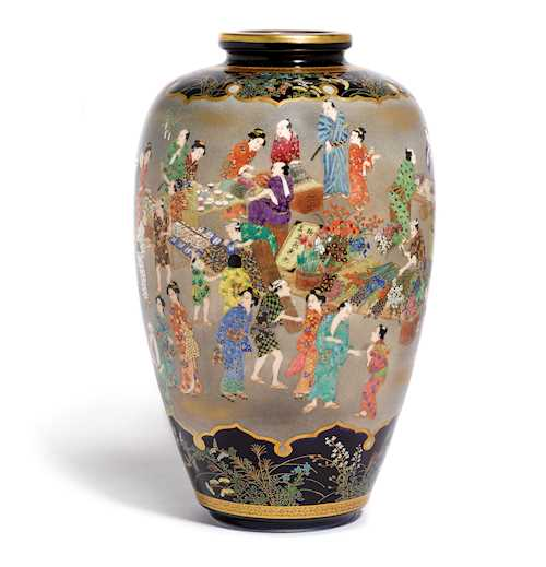 A SATSUMA VASE DECORATED WITH A LIVELY MARKET SCENE.