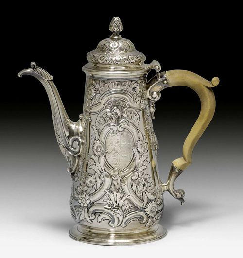COFFEE POT,London, 1747/48. Maker's mark: Thos. Whipham. Wooden handle. H 22.4 cm, 720 g.