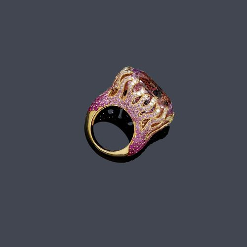 KUNZITE, SAPPHIRE AND DIAMOND RING. Pink gold 750. Very attractive, original ring, the top set with 1 oval, fine kunzite of ca. 33.00 ct, held by flame-like prongs and set throughout with numerous treated, colour-graduated pink sapphires weighing ca. 2.00 ct  and 50 brilliant-cut diamonds weighing ca. 0.30 ct. Size ca. 53.
