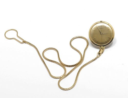 POCKET WATCH WITH CHAIN, CORUM, 1970s. Yellow gold 750, 62g. Flat case No. 89101610. Gold-coloured, engine-turned dial with applied indices and gold-coloured hands, signed Corum. Movement 25260, Cal. AV4200. Matching, long foxtail chain with button clasp, L 55 cm. D 37 mm. With case.
