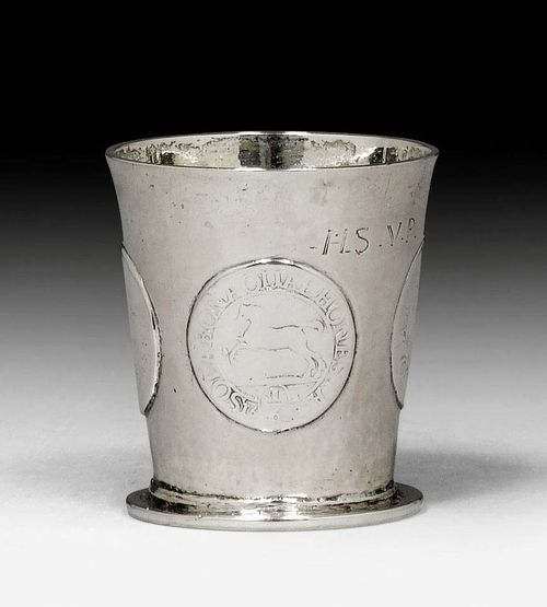 SMALL BEAKER WITH COINS, probably Danzig 18th century. With maker's mark. H 5 cm. 51 g.