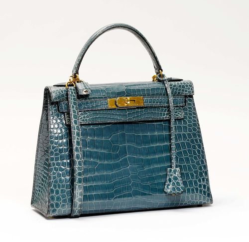 HERMES Paris Made In France (1997). SAC Kelly 28 en crocodile porosus bleu jean, garniture en métal plaqué or, cadenas gainé, deux clef