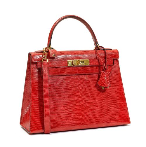 HERMES Paris Made In France. SAC Kelly 28 en lézard couleur fraise, garniture en métal plaqué or, cadenas gainé, deux clefs sous cloche